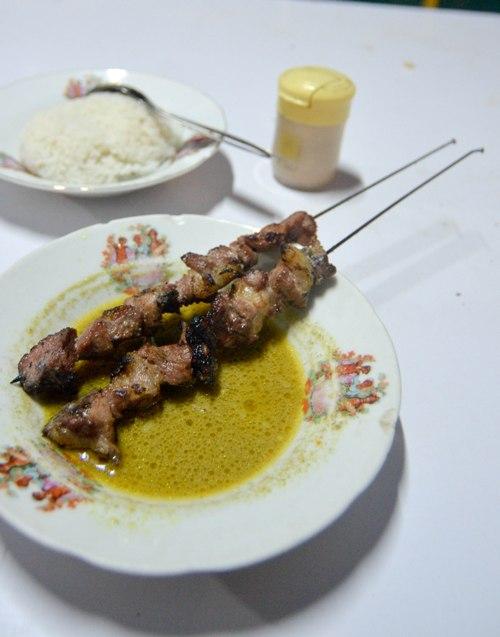Sate klathak,sate daging sapi yang ditusuk dengan jari2 sepeda + kuah kare