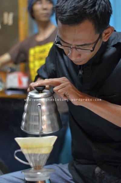Kang Acek Barista Chez Moka ikut serta dalam kompetisi | Foto. Hesty